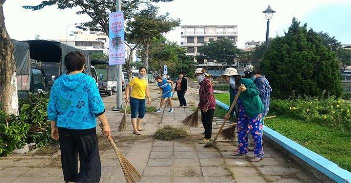 vệ sinh môi trường bằng chổi chà