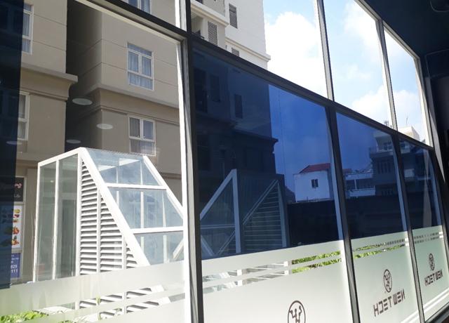 Giấy decal màu tối thường dán trên các loại cửa kính