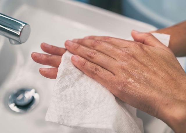 Khăn giấy lau tay mịn màng, an toàn cho làn da