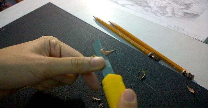 dùng dao rọc giấy gọt bút chì